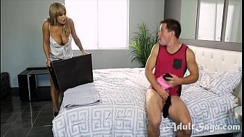 Красотуля снимает черные бикини и мастурбирует писю на прослушивании