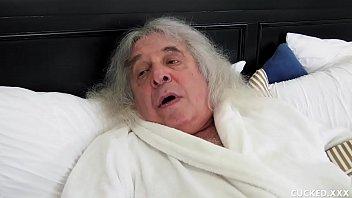 Лысоватый мужчина сладострастно имеет горячую шлюху-блондинку во все дыры