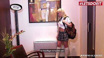 Русская студенточка раскрывает шикарную мохнатку пальчиком и онанирует на порно кастинге