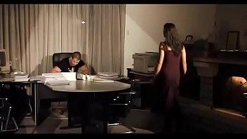 Чернокожий парень в презике трахает белую тёлочку на дивана