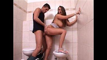 Муж делает анилингус телочке в белоснежной ванной комнатке и садит ее очко на пенис