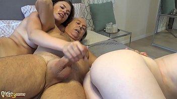 Любовник дерет в вульву пышную телку в позе раком перед вебкамерой