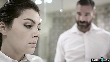 Девушка с белоснежной ухмылкой решилась на секс