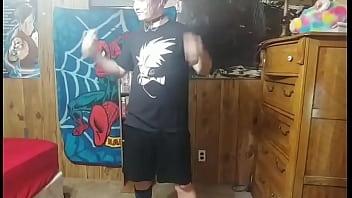 Мужик поднимает ноги подруги с пирсингом в пупке и засаживает пенис в её анальное отверстие