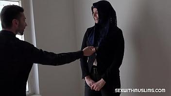 С большой жопой брюнеточка в блудливом белье шпилится в вагину с заросшим парнем