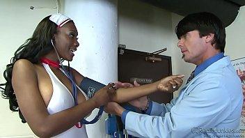 Умная массажистка делает мыльный эротический массаж юноше
