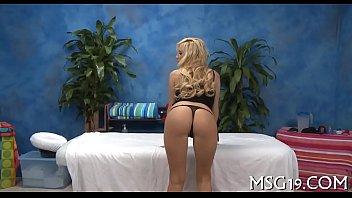 Худенькую блондинку-шлюху в колготках имеет ее ухажер