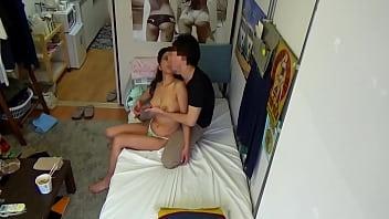 Латино-американка с мохнатой щелью и маленькими сиськами показывает стриптиз