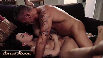 Итальянки медработницы трахаются с лысым мускулистым парнем в жопу