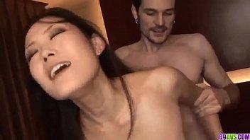 Молодая женщина в очечках занимается анальной мастурбацией