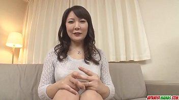 Японка с висячими титьками и с темными волосиками надела маску и отсосала партнеру
