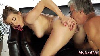 Старая русская девчушка предоставила лесбиянке возможность тренироваться на ее мохнатке