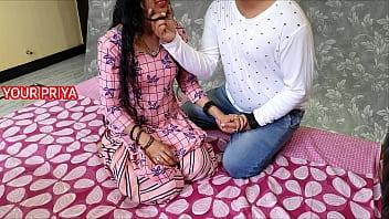 Девушка с волосатыми подмышками мастурбирует волосатую пизду огромным вибратором