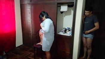 Мама приносит молодчику эротический массаж на черном мате