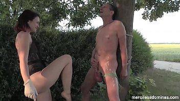 Девчоночка принимает душ одетой, а ее раб лижет ей ступни