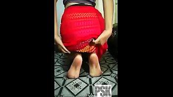 Девушка в беленьком юбченке снимает одежду сидя на стуле