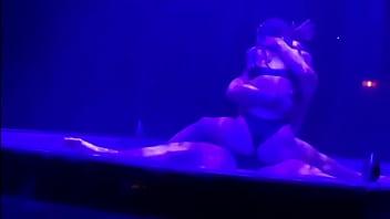 Сисястая лесбиянка и худенькая белокурая шлюха обмениваются куни в ванной