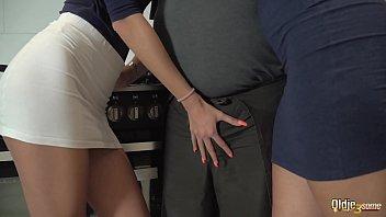 Фитоняшка дала тренеру в бритую щелку