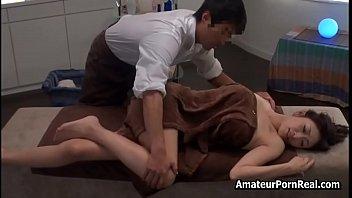 Упитанная созрелая девчоночка, залезла в ванную к юному парню